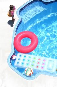 Schwimmbecken mit SPielzeug